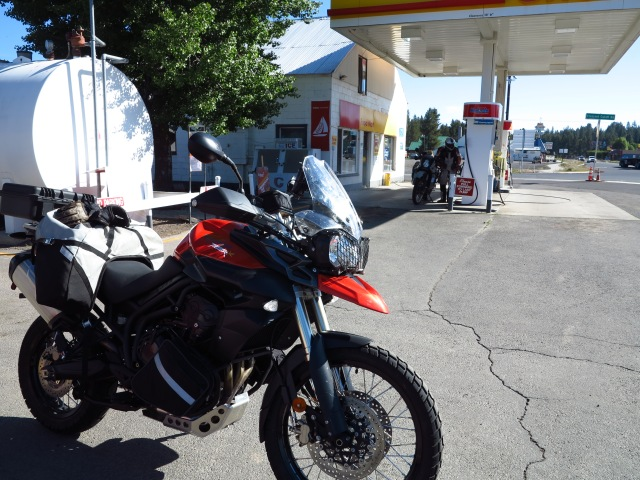 KTM gets fuel in Crescent, the Tiger bets on waiting until Paisley... Will it survive 200 miles without a refuel?