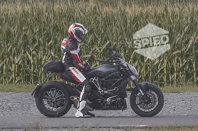 Spy photos of what seems to be the next Diavel for 2016